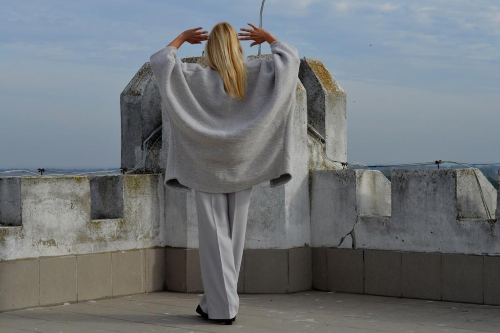 Metropolis sivi kardigan od najrafiniranije vune, fascinantne minimalističke oversize forme. rafinirana vuna sive boje oversize minimalisticki look naglaseni rukavi