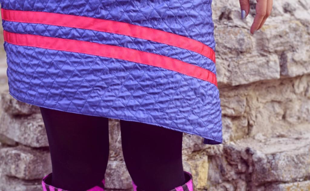 The Blow Up famozna ljubičasta haljina sa roza trakama, asimetričnog kroja u futurističkom stilu. ljubičasti sintetički materijal asimetrični kroj kose i vodoravne trake futuristički stil
